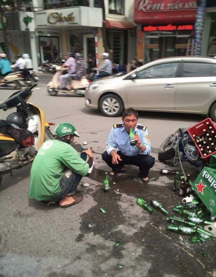 【悲報】ベトナムの警察官、事故現場でとんでもないことをする