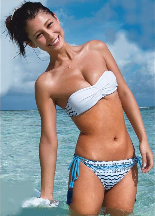 ダレノガレ明美さんのおっぱいを強調しているのかしていないのか分からないような水着
