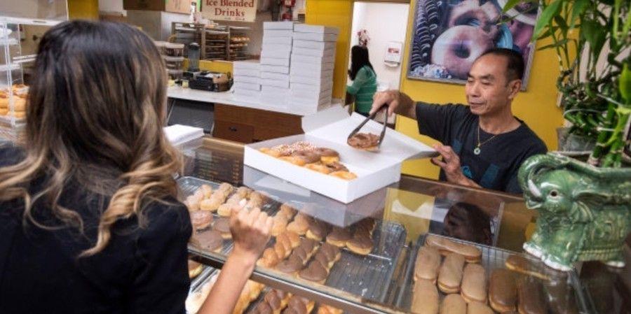 【イイハナシダナー】馴染みのドーナツ店の奥さんが病気に→早くお店閉められるようにお客たちが爆買いして助ける
