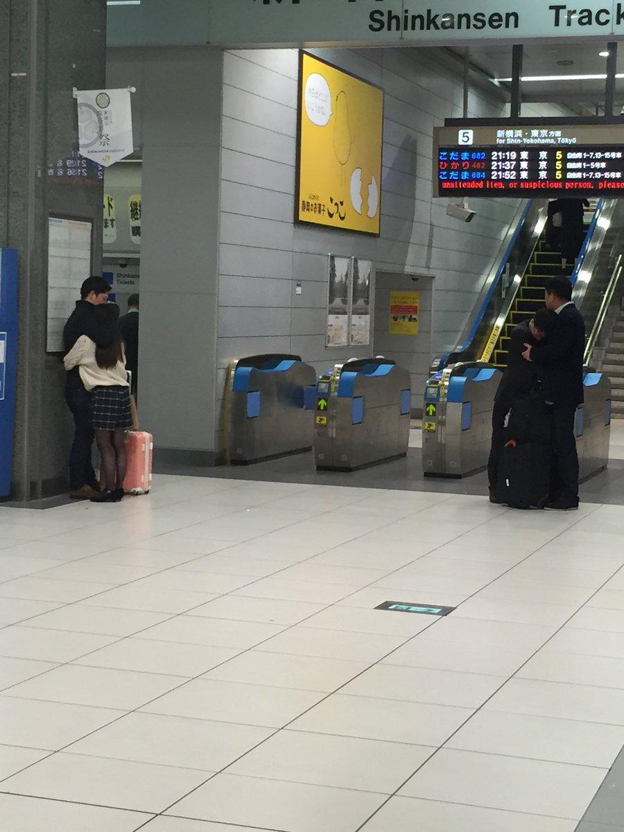 【画像】新幹線の改札口で寄り添う二組のカップルの写真がTwitterで15万いいね