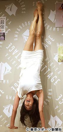 【芸能】中島史恵 24年前のパネルの横でニッコリ「スリーサイズは変わらない」