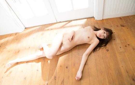 橋本ありな(全裸で床に寝そべり)エロ画像