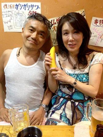 青色ワンピが似合う筒井真理子さん