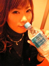 水を飲むまどか
