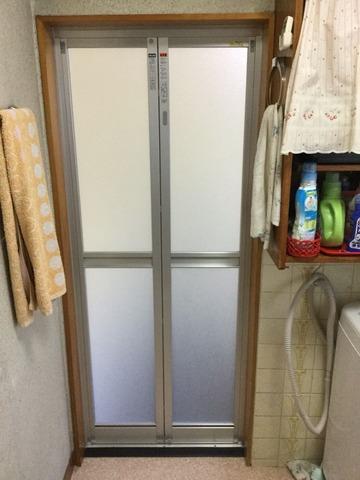 新規は軽い樹脂パネル製の中折ドア