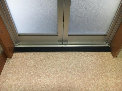ドア下枠には斜めの段差緩和材を取付