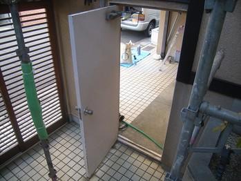 施工前の鉄扉