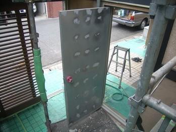玄関側鉄扉素地調整終了