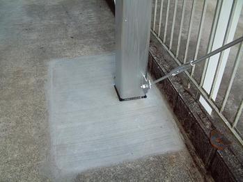鉄柱根元変性シリコンシーリング打設