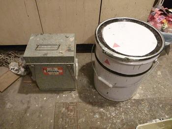 「刷毛保存箱」とペール缶