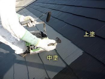 カラーベスト屋根上塗塗装中