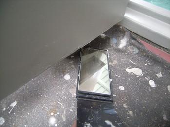 鉄扉の底は鏡で確認
