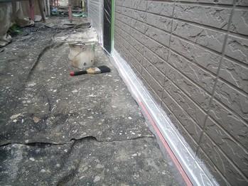 土台水切り部分の下塗を先行