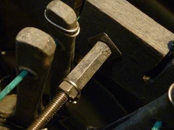 ペール缶刷毛保管容器 中央全ネジ棒端部