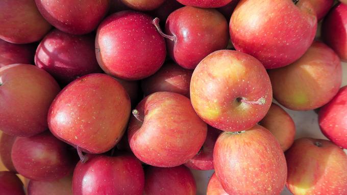 籠いっぱいのリンゴ