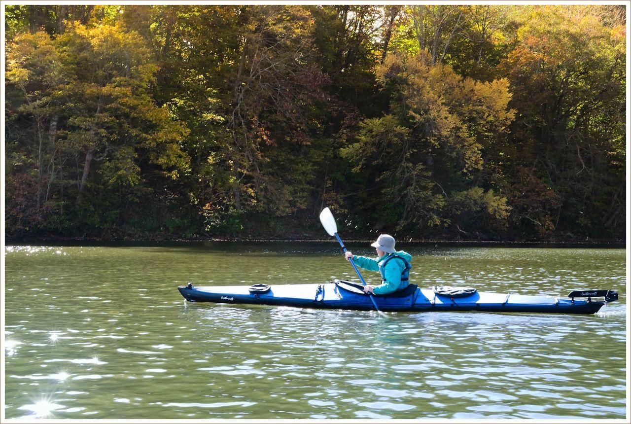 紅葉を求めて湖面へ