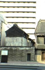 旧篠原家住宅(左)