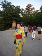 岡山城前で
