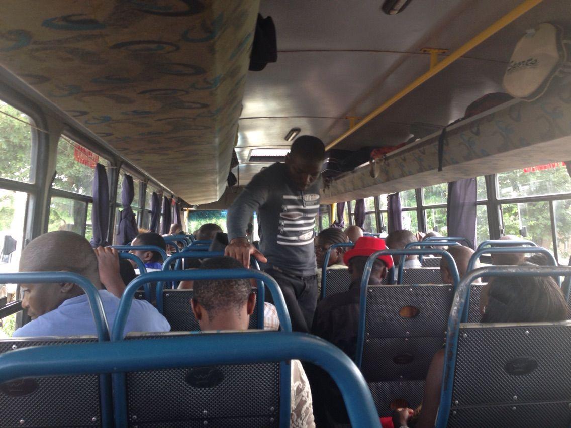 マラウイの移動手段〜ミニバスに...