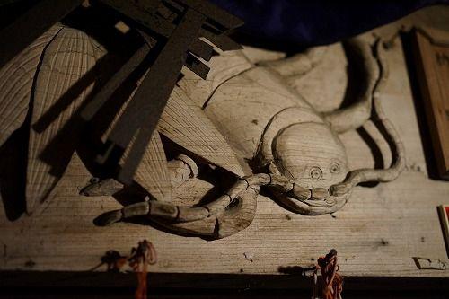 毘沙門堂 ムカデの彫刻