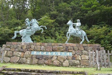佐渡戦道騎馬武者の像