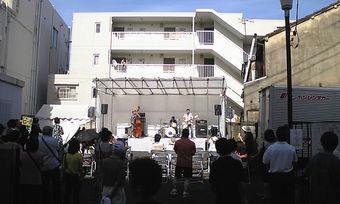 20090725ekimae_live02
