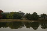 大仏殿を池から見る