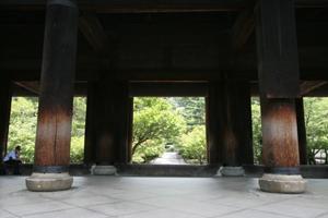 南禅寺三門 うっそうとした緑に伽藍が点在する