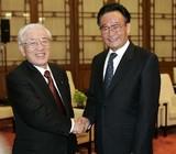 角田義一(左)と 呉邦国