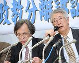 会見する原告の谷内栄(右)