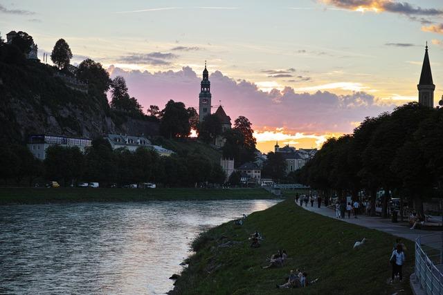 日暮れの川辺
