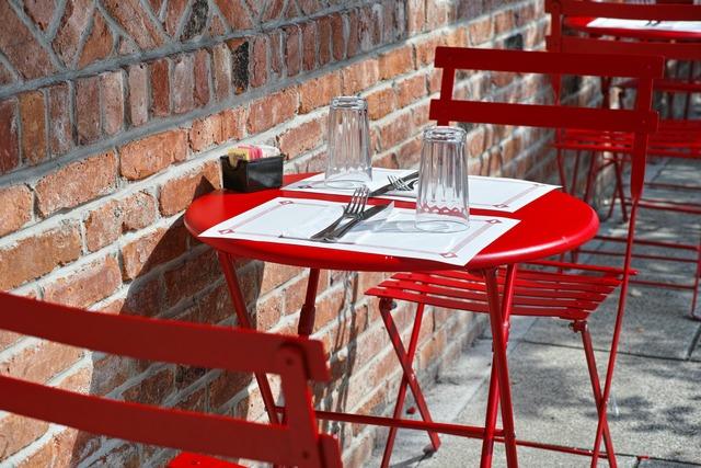 Raymond'sの赤いテーブル