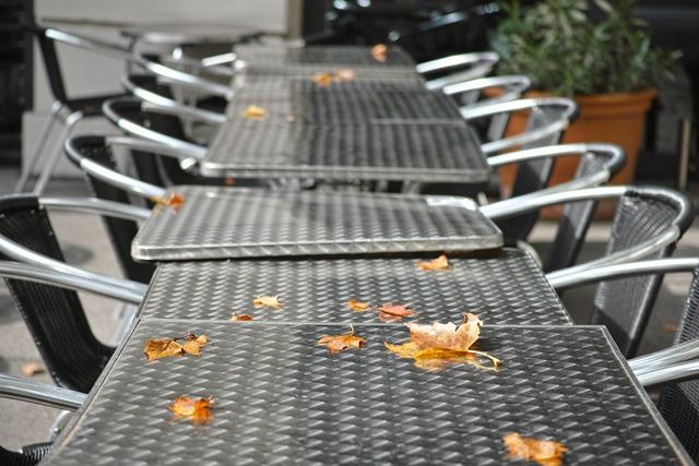 秋日とカフェのテーブル