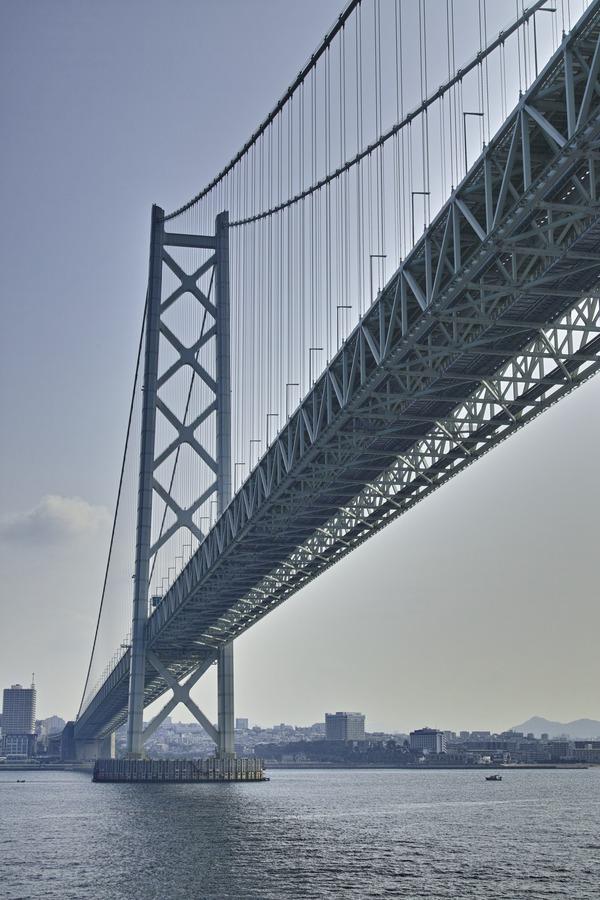 明石海峡大橋をくぐる