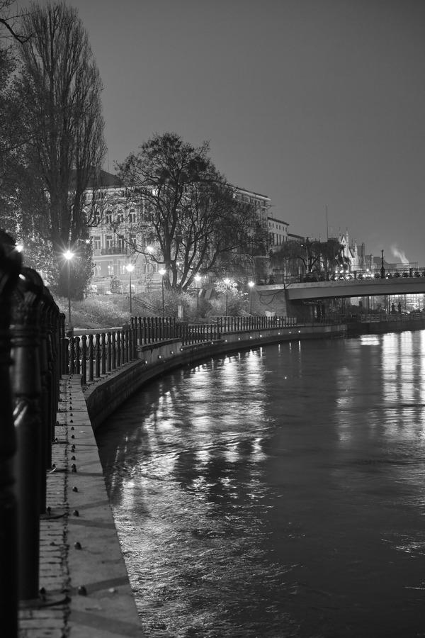 夜のブルダ川べりを歩く