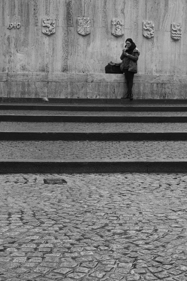 ダム広場にて待つ女 2