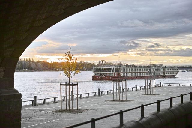 川辺の汽船
