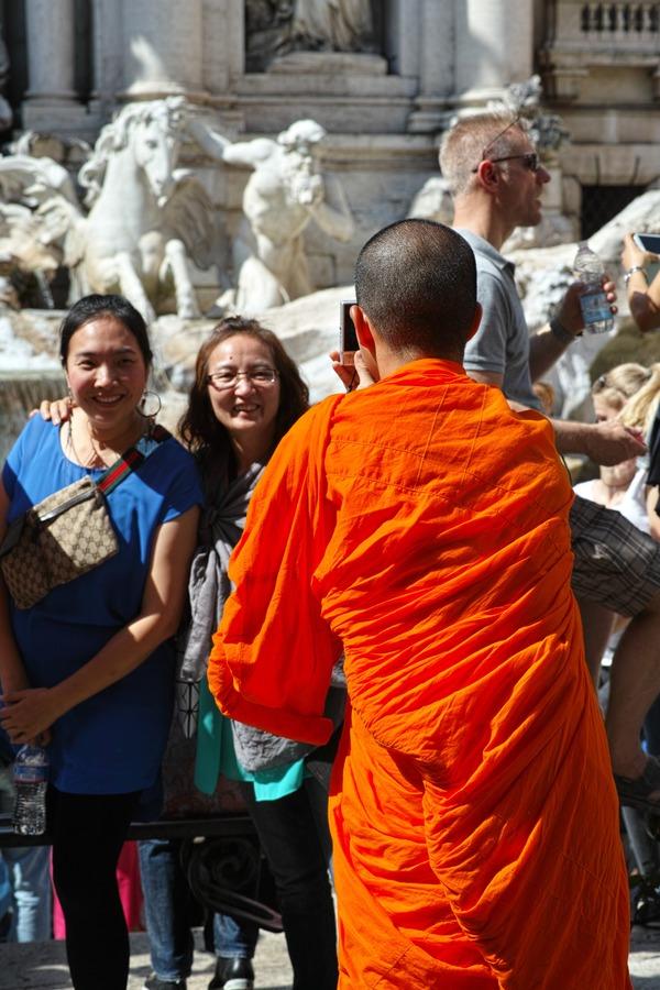 トレビの泉で修行僧