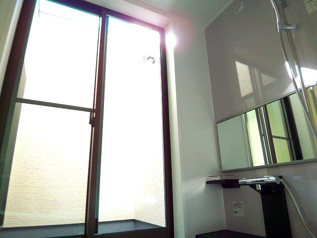 1003033871 浴室に窓