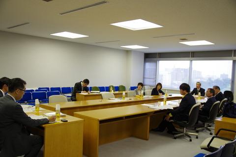 新潟市にて説明を受ける市議団(就学援助、奨学金記事用)