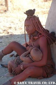 子供に乳をやるヒンバの女性