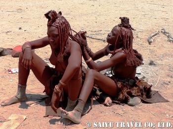 髪結いする女性達