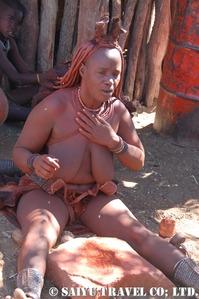 赤土を体に塗るヒンバの女性