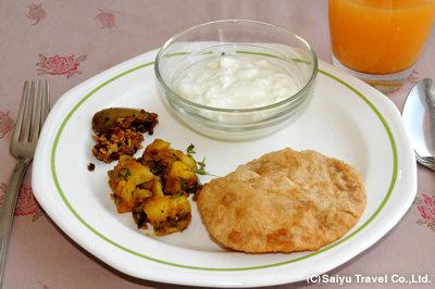 インドの朝食 プリとじゃがいものカレー、ピクルス
