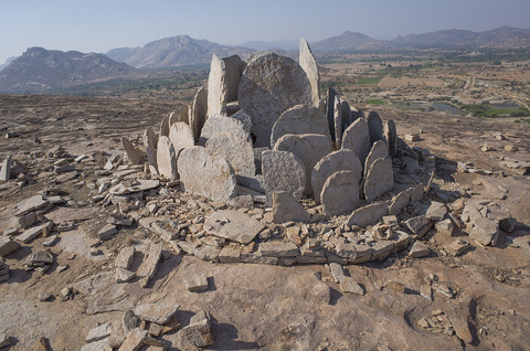 花弁状立石を伴う石槨墓