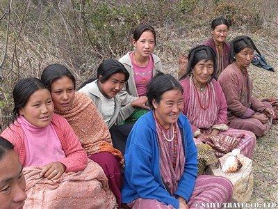 ピクニックをするモンパの女性たち