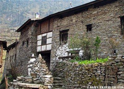 木と石でできた素朴な村