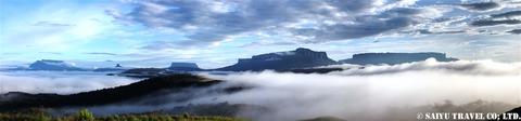 早朝パライテプイから眺めるロライマ山(右)とテプイ群