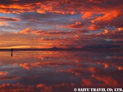 P2249523 夕焼け@雨季のウユニ塩湖