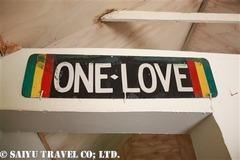 ボブ・マーリーの部屋にあるONE LOVEの看板